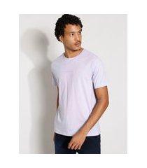 "camiseta masculina manga curta just be nice"" com bordado gola careca lilás"""
