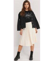 na-kd trend faux leather pleated midi skirt - beige