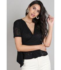 blusa feminina transpassada devorê com arabescos manga curta decote v preta