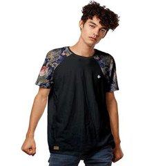 camiseta raglan com manga estampada estilo bordado retrô masculina - masculino