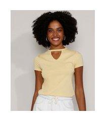camiseta feminina básica choker com pérolas manga curta amarela