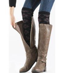 le donne hanno lavorato a maglia con lana e stivali di lana a colori misti, lunghi calze