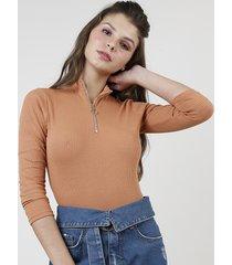 blusa feminina canelada com zíper de argola manga longa gola alta caramelo