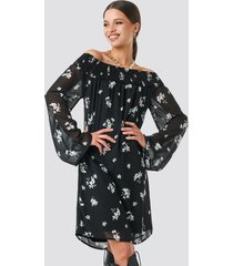 na-kd trend floral printed off shoulder dress - black