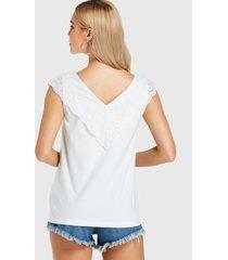 camiseta sin mangas blanca con encaje de crochet adornado v cuello