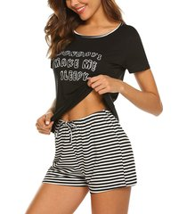 conjunto de pijama corto a rayas con cuello redondo y manga corta