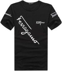los hombres delgados casuales de la nueva moda usan una camiseta con una camiseta debajo de ab28