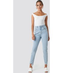 na-kd high waist ripped ankle mom jeans - blue