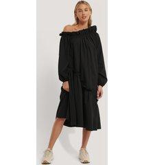 na-kd trend asymetrisk midiklänning - black