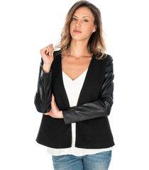 chaqueta negra para dama con mangas en polipiel broche y bolsillos frontales