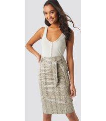 na-kd trend belted snake skin skirt - beige