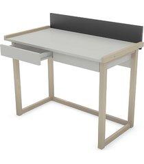 biurko z szufladami z wysuniętym blatem