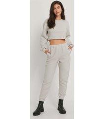 jasmin azizam x na-kd sweatpants med hög midja - grey