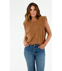 camiseta de mujer, silueta amplia, cuello redondo, manga sisa, con hombreras