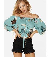 blusa con botones con estampado floral al azar y hombros descubiertos