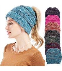 cappellino di lana a maglia con pon pon