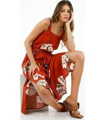 vestido de mujer, silueta midi semiajustada, con hebilla decorativa y estampado maxi floral