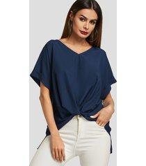 blusa de manga corta con cuello de pico torcido azul marino