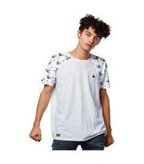 camiseta raglan estampada pássaros andorinhas masculina