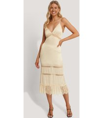 stéphanie durant x na-kd lace blocking midi dress - beige