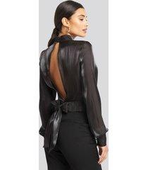 afj x na-kd open back tie detail blouse - black