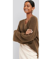na-kd trend alpaca knitted v-neck sweater - brown