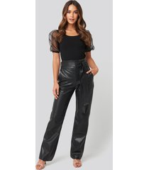 na-kd party faux leather belted straight leg pants - black