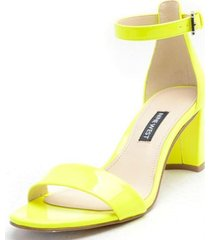 sandalia amarillo nine west