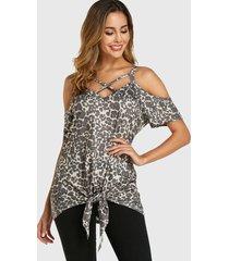 blusa anudada con hombros descubiertos y cruzados de leopardo
