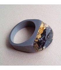 pierścionek z węglikiem krzemu i złotem