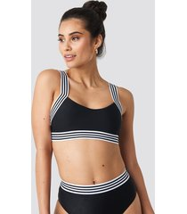 hannalicious x na-kd striped elastic structured bikini top - black