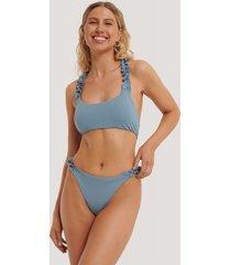 na-kd swimwear högt skuren bikinitrosa med rynkat sidoband - blue