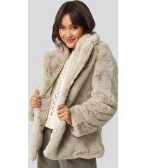 na-kd colored faux fur short coat - beige