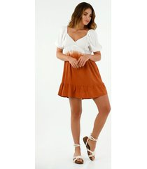vestido corto de mujer con mangas englobadas y proceso de teñido tie dye en degradé