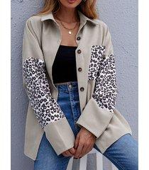 camicetta abbottonata larga a maniche lunghe con risvolto leopardato